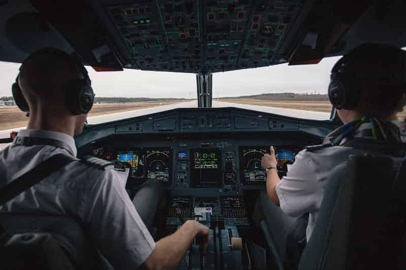 पायलट बनने के फायदे और नुकसान